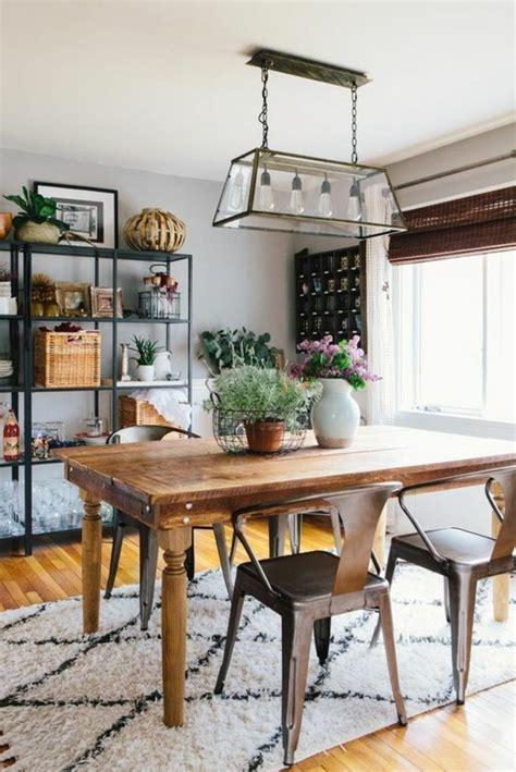Supérieur Decoration Table Noir Et Blanc #5: sol-en-parquet-clair-table-en-bois-massif-fleurs-sur-la-table-lustre-retro-en-fer-et-verre.jpg