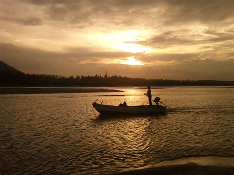 the boat on the river file a boat in river gosthani at bheemunipatnam jpg