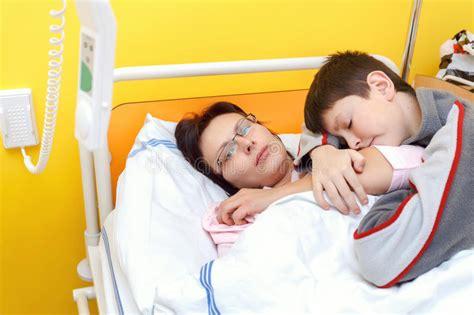 im krankenhaus liegen traurige frau mittlerem alter die im krankenhaus mit