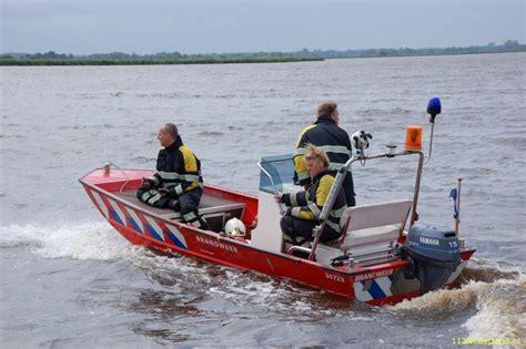 bootje en motor 112groningen brandweer helpt bootje met motorproblemen