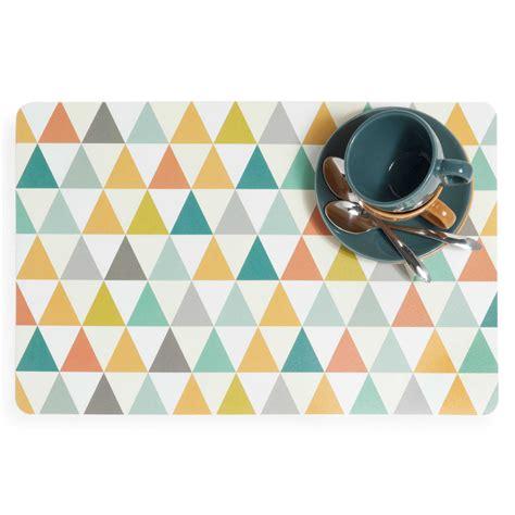 set de table motifs triangle en plastique multicolore