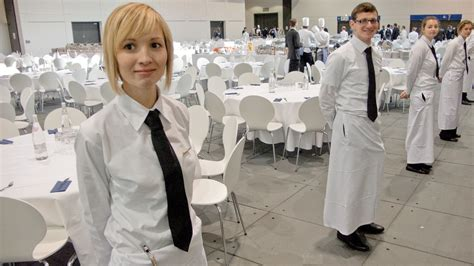 Wait Tables by A Waiter S Size Determines How Much You Eat Huffpost