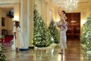 trump white house decoration melania trump unveils white house christmas decorations time