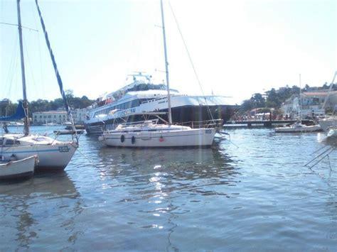 aliscafo napoli ischia porto aliscafo finisce contro una barca a vela nel porto di