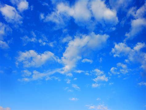 Biru Langit di balik langit biru ada apa desfortin menulis