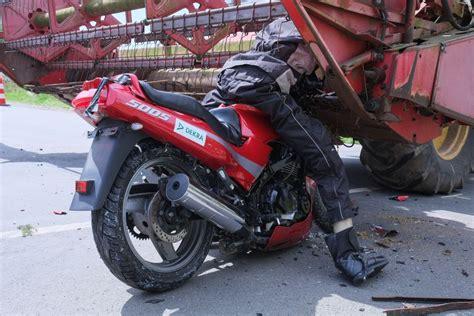 Motorradrennen Unfall Heute by Crashtest Motorrad Gegen M 228 Hdrescher Verkehr
