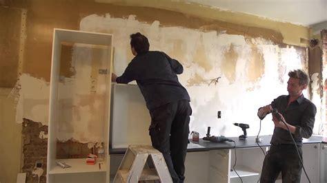 inbouwkeuken monteren keukenkasten en werkblad plaatsen klustips gamma