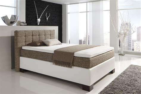 schlafzimmer weiß modern grau holz fliese