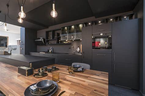 cuisine noir mat et bois couleur tendance en cuisine osez le noir mobalpa