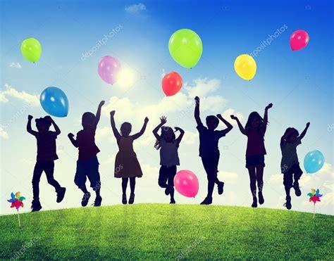 imagenes de niños jugando con globos crian 231 as brincando com bal 245 es juntos fotografias de