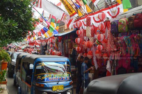 Kaos Buat Perlombaan 17 Agustusan jelang hut ri saatnya pedagang bendera musiman panen