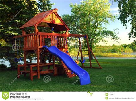 imagenes educativas juegos de patio estructura del juego del patio trasero foto de archivo