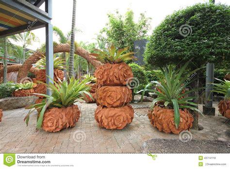composizione giardini una composizione dei vasi con i fiori nel giardino