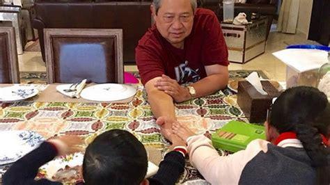 Kaos Kata Mantan 1 Bxnk sby temani cucunya sarapan perhatian netizen justru