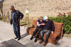 banco delle emozioni anziani che parlano sul banco illustrazione vettoriale
