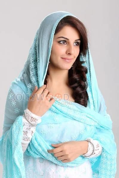 thattathin marayathu film heroine photos meendum oru kadhal kadhai movie heroine isha talwar photos