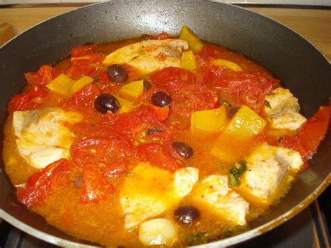 cucinare pesce in padella pesce spada in padella con pomodori olive e peperoni