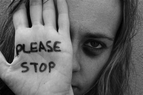 adonde recurrir para denunciar en caso de violencia indignante mujer fue a denunciar un caso de violencia de