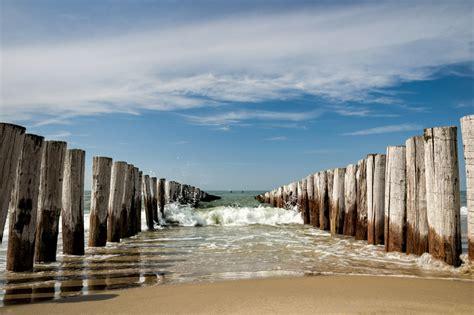 strand themenb der die wellenbrecher am strand domburg zeeland auf