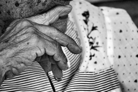 fotos en blanco y negro nikon d3200 fotos gratis mano en blanco y negro gente antiguo