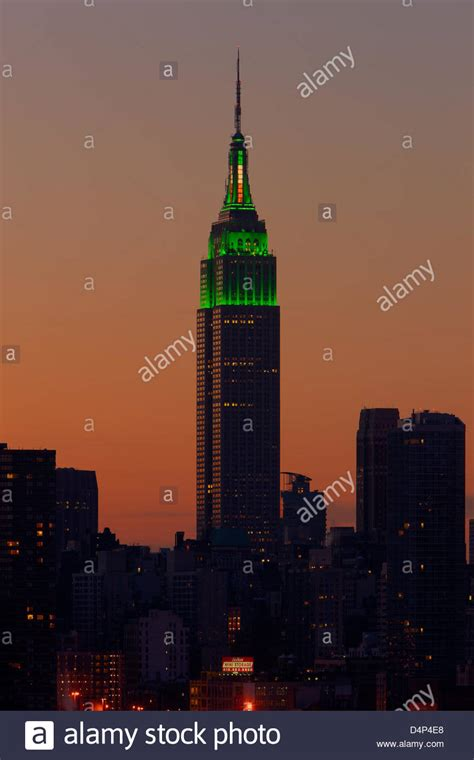 empire state color el empire state building est 225 iluminado con luces verdes