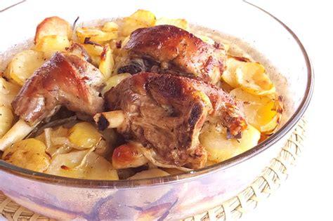 come cucinare l agnello in padella agnello al forno con patate ricetta e varianti