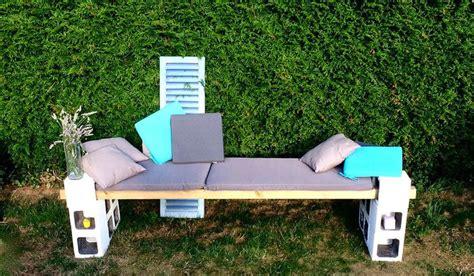 canapé en palette avec dossier le banc de jardin construit avec des parpaings