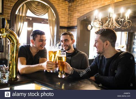 cheerful vieux amis s amuser et de boire la bi 232 re au