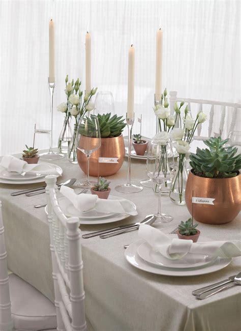 dekomaterial hochzeit tischdekoration mit sukkulenten und kupferfarbenen vasen