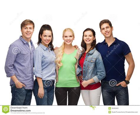 imagenes libres estudiantes grupo de estudiantes sonrientes permanentes imagen de