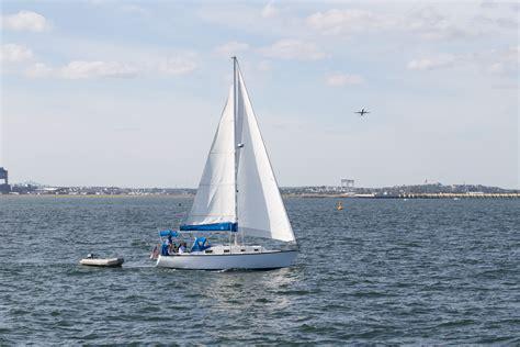 zeilboot op zee gratis afbeeldingen zee water boot voertuig mast