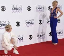ellen degeneres red carpet ellen degeneres kneels on the red carpet to check out her