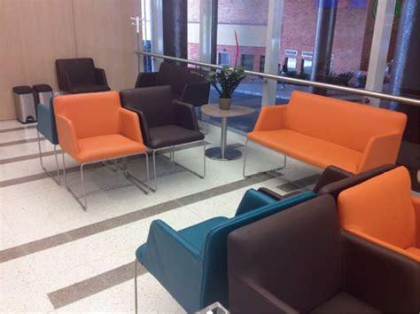 muebles sala de espera m 225 s de 25 ideas incre 237 bles sobre sillas sala de espera en