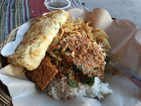 nasi pecel khas indonesia serupa tapi ternyata tak sama