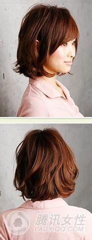 hair with slight waves chin length light brown side parted bob hairstyle with