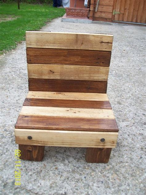 Diy Armchair by Diy Small Pallet Chair For 101 Pallets