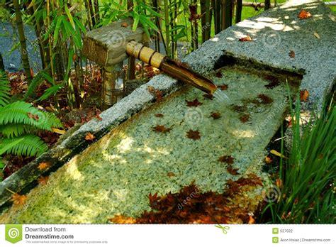 fontaine de jardin zen fontaine en bambou dans le jardin de zen photographie stock image 527022
