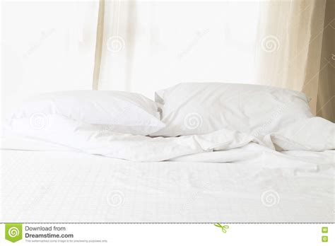 bett hintergrund white bed with pillow and blanket morning sunlight