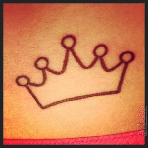 女生侧腰上黑色线条素描文艺唯美皇冠纹身图片