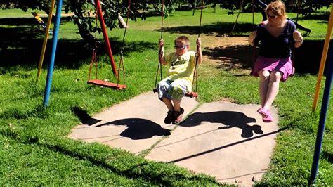 imagenes de niños jugando playstation la mam 225 y los ni 241 os en los columpios youtube