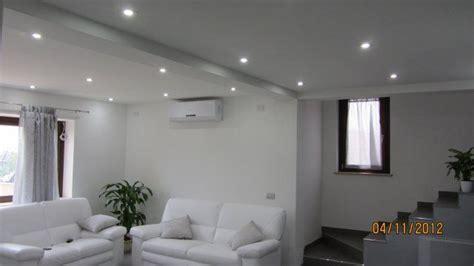 abbassamenti soffitto con faretti un salotto illuminato con faretti led a incasso faretti