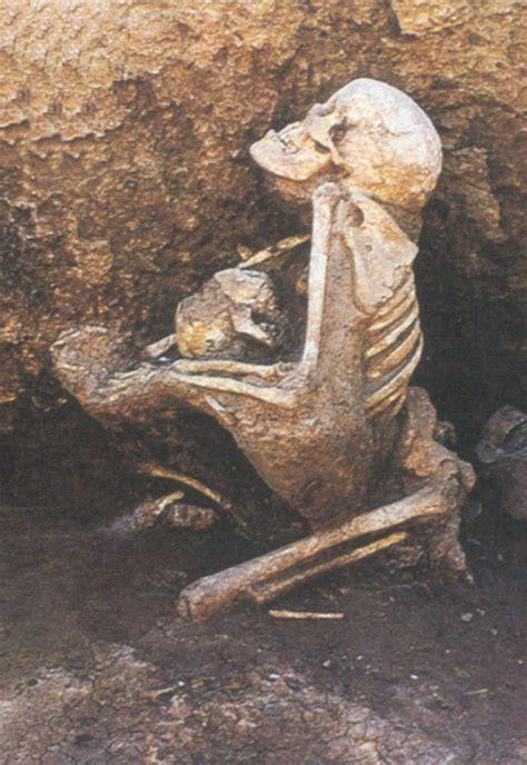 imagenes niños abrazados arque 243 logos hallan esqueletos abrazados de madre e hijo fot