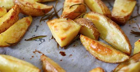 cucinare patate arrosto patate arrosto croccanti con cottura al forno e in