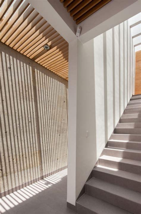 celosias para interiores dise 241 o de moderna casa de dos pisos con lios patios
