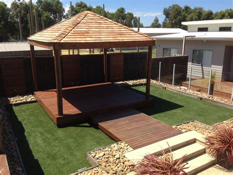 backyard huts tarima exterior cesped artificial pergola y un borde o