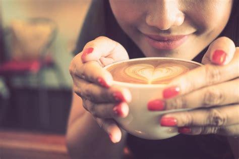 imagenes graciosas tomando cafe mujer tomando una taza de caf 233 con un coraz 243 n dibujado en