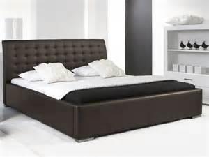 lit design marron avec tete de lit matelassee izac 200x200 cm