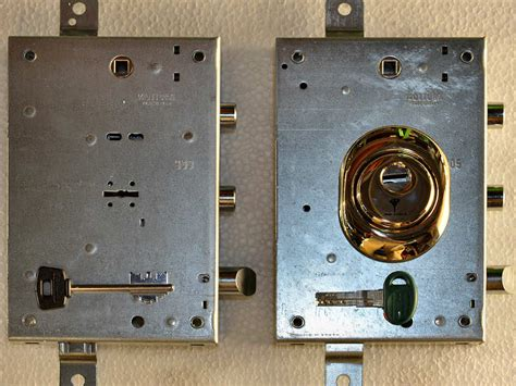 toppa della porta sostituzione serrature a doppia mappa con conversione a