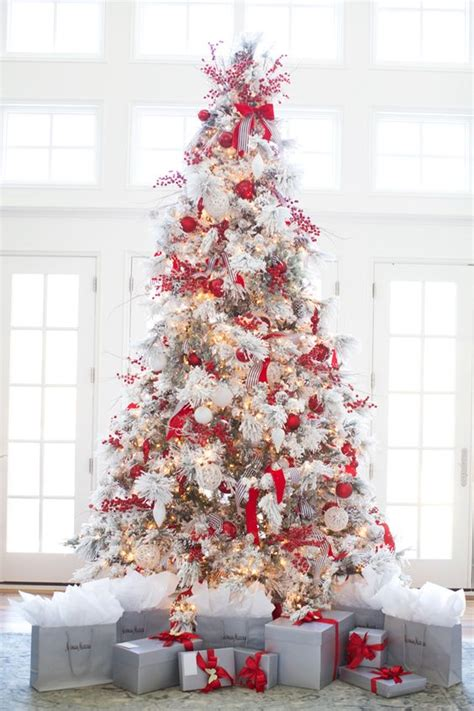 Red and white christmas tree decor is a bold solution and looks rather