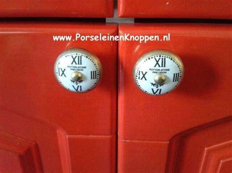 ikea deurknoppen vrolijke ikea kast met porseleinen kastknoppen foto s